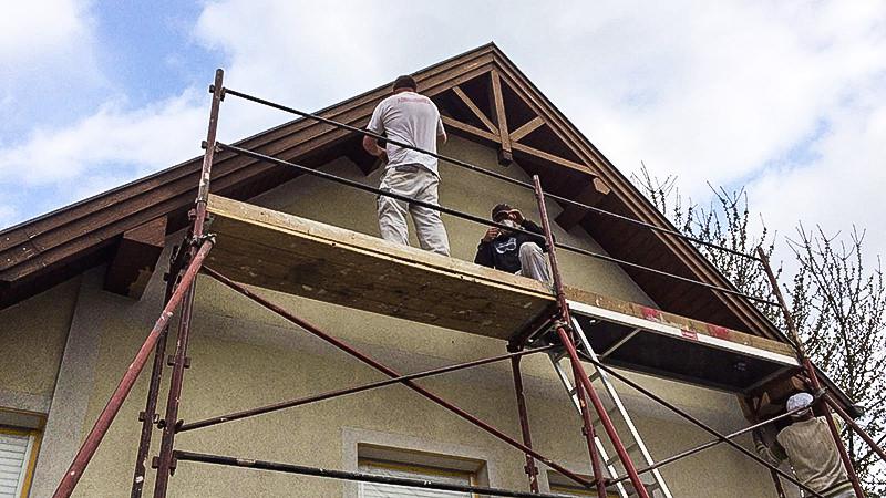 Anstrich Dachvorsprung mit Gerüst