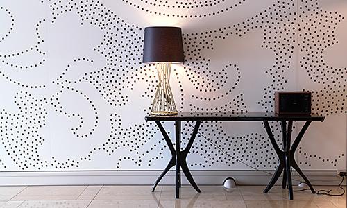 moderne Tapete und schwarze Schreibtisch-Stil Lampe